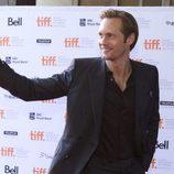 Alexander Skarsgard saluda en el Festival de Toronto