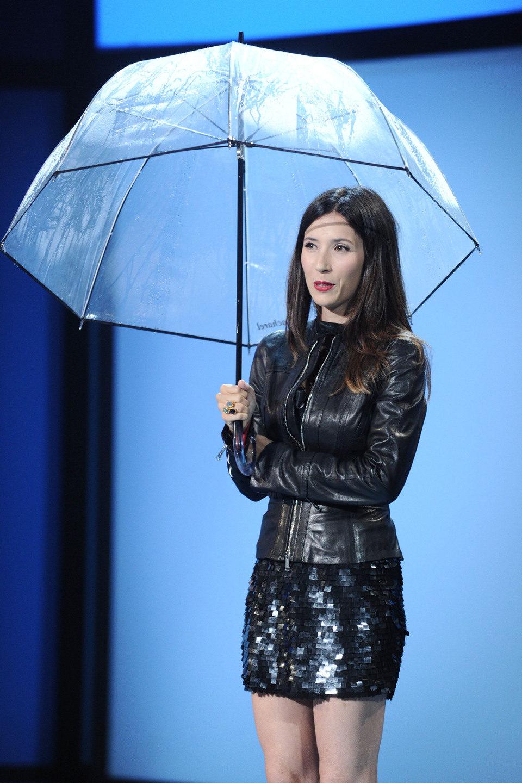 Bárbara Goenaga bajo un paraguas en la inauguración de San Sebastián 2011