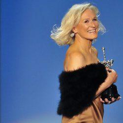 Glenn Close se lleva sonriente su premio