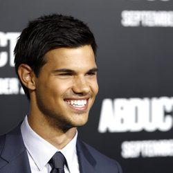 Taylor Lautner sonríe en Los Angeles
