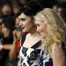 Lily Collins junto a su madre, Jill Tavelman en la premiére de 'Sin salida'