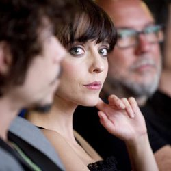 Leticia Dolera mira a cámara en la entrega del Donostia Film Comission