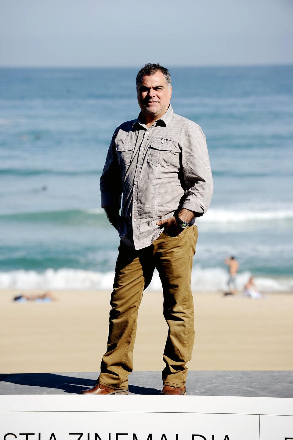 Benito Zambrano posa cerca de la playa en San Sebastián