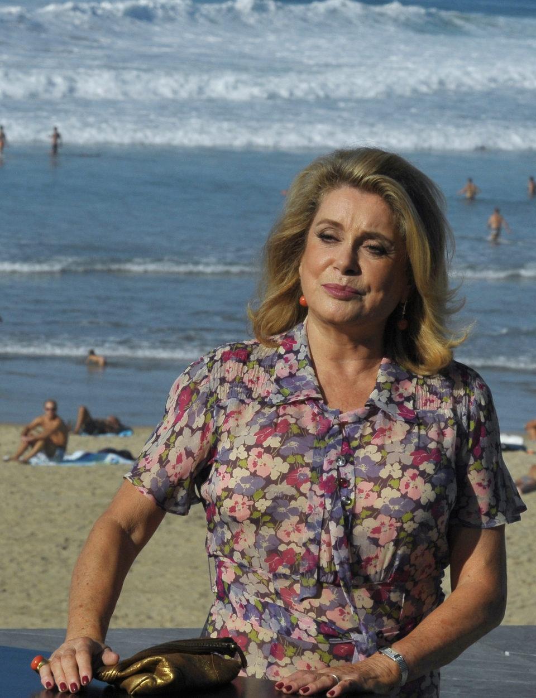 Catherine Deneuve sonríe en la playa de San Sebastián