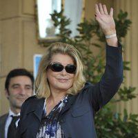 Catherine Deneuve llega al hotel en San Sebastián