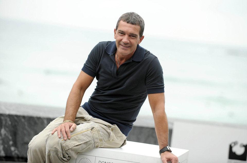Antonio Banderas posa cerca de la playa en San Sebastián