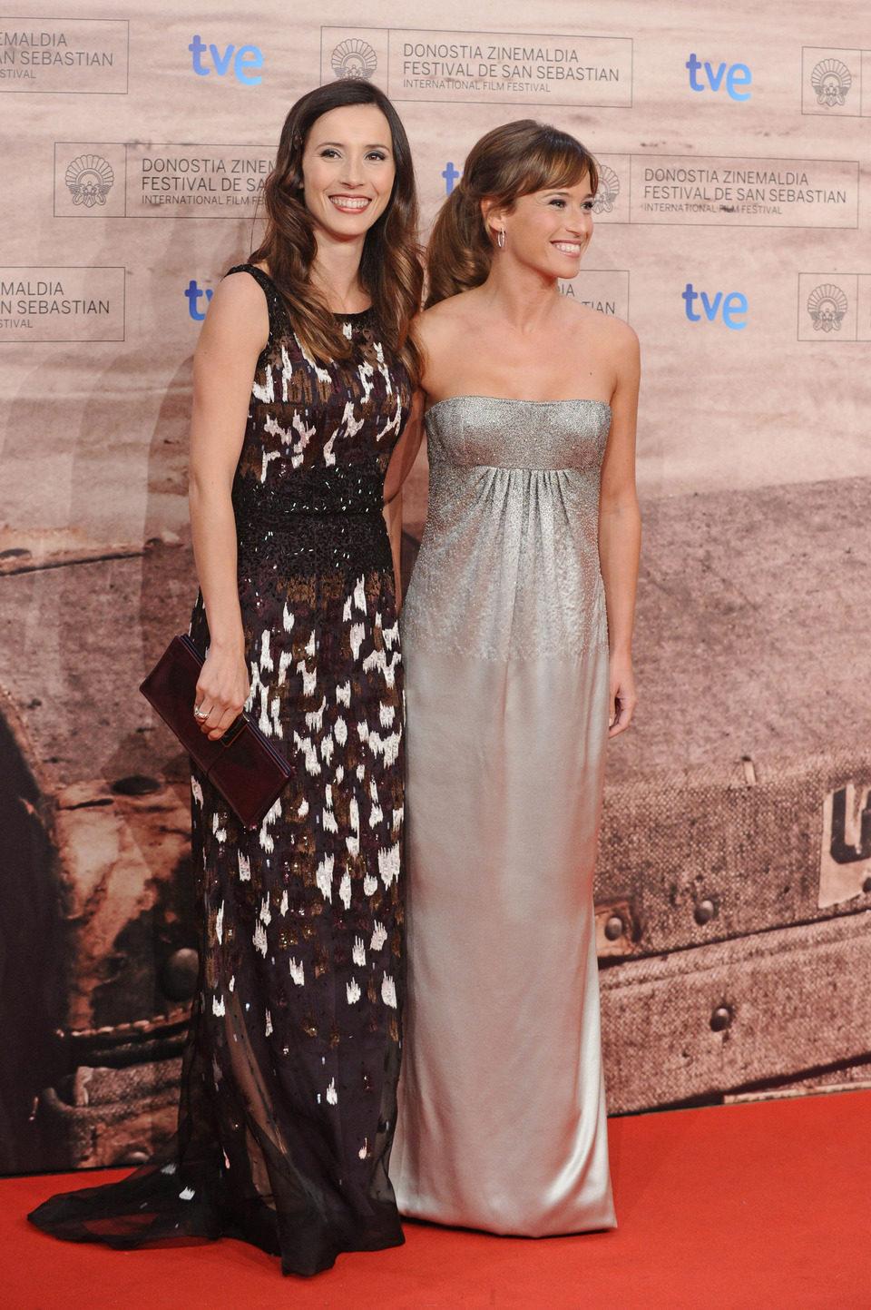 Bárbara Goenaga y Marta Etura posan en la entrada de la gala de clausura