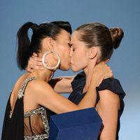 Bai Ling y María León se besan en la clausura de Zinemaldia