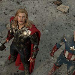 Thor y Capitán América miran al cielo en 'Los Vengadores'
