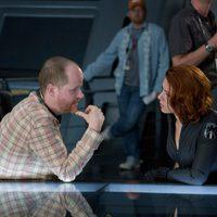 Joss Whedon charla con Scarlett Johansson en 'Los Vengadores'