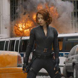 Viuda Negra junto a una explosión en 'Los Vengadores'
