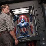 Steve Rogers junto a su traje de Capitán América