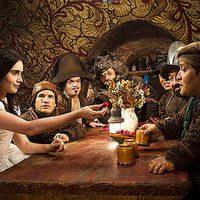 Lily Collins cena con los siete enanos en 'Snow White'