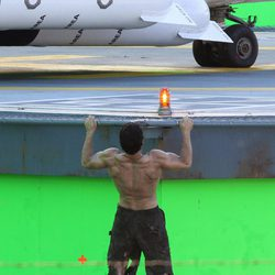 Henry Cavill sube a un hangar en Vancouver