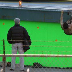 Henry Cavill, colgado en la escena que graba para Zack Snyder