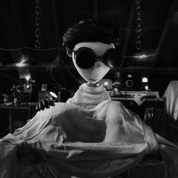 Victor trabaja en su experimento en 'Frankenweenie'