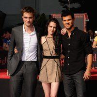 Robert Pattinson, Kristen Stewart y Taylor Lautner posan delante del Teatro Chino