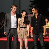 Robert Pattinson, Kristen Stewart y Taylor Lautner sonríen en Los Angeles