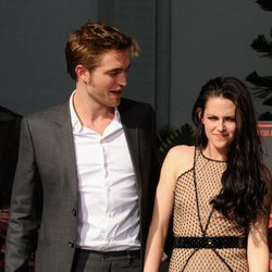 Robert Pattinson y Kristen Stewart sonríen en el Teatro Chino de Los Angeles