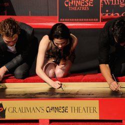 Los actores de la saga 'Crepúsculo' firman junto a sus huellas