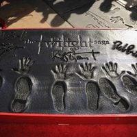 La saga 'Crepúsculo' deja su huella frente al Teatro Chino de Los Angeles
