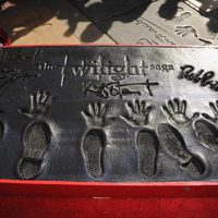 Huellas de Robert Pattinson, Kristen Stewart y Taylor Lautner frente al Teatro Chino