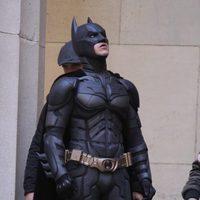 Christian Bale mira al cielo en el set de 'El Caballero Oscuro: La leyenda renace'