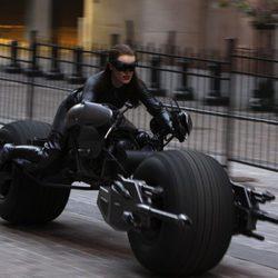 Selina Kyle vuelve a subirse a la moto en Nueva York