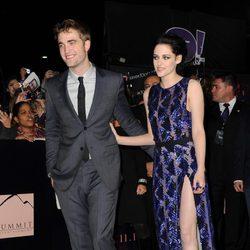 Robert Pattinson y Kristen Stewart pasean por la alfombra roja de Los Angeles