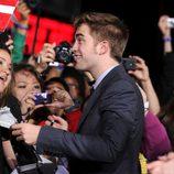Robert Pattinson firma autógrafos de los fans de 'Amanecer: Parte 1'