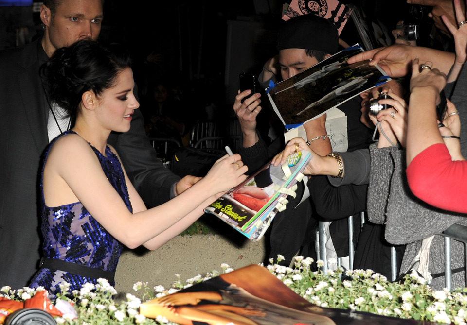 Kristen Stewart, arropada por sus fans en la premiére de 'Amanecer: Parte 1' en Los Angeles