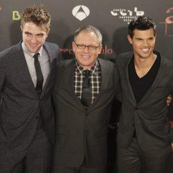 Bill Condon rodeado por Robert Pattinson y Taylor Lautner en Barcelona