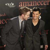 Robert Pattinson y Taylor Lautner sonríen en el estreno de 'Amanecer: Parte 1' en Barcelona