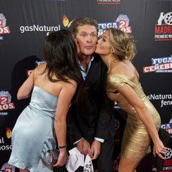 Paula Prendes y Patricia Montero besan a David Hasselhoff en la premiére de 'Fuga de cerebros 2'
