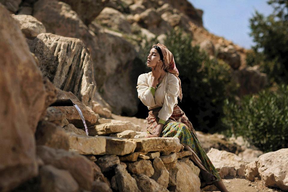 La fuente de las mujeres, fotograma 1 de 8