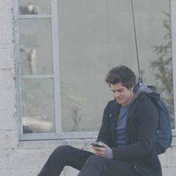Andrew Garfield usa el móvil subido en una farola en el set de 'The Amazing Spider-Man'