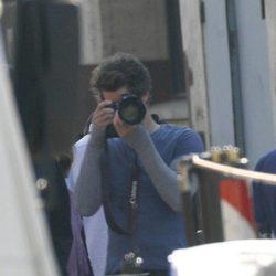 Andrew Garfield practica con la cámara en el set de 'The Amazing Spider-Man'