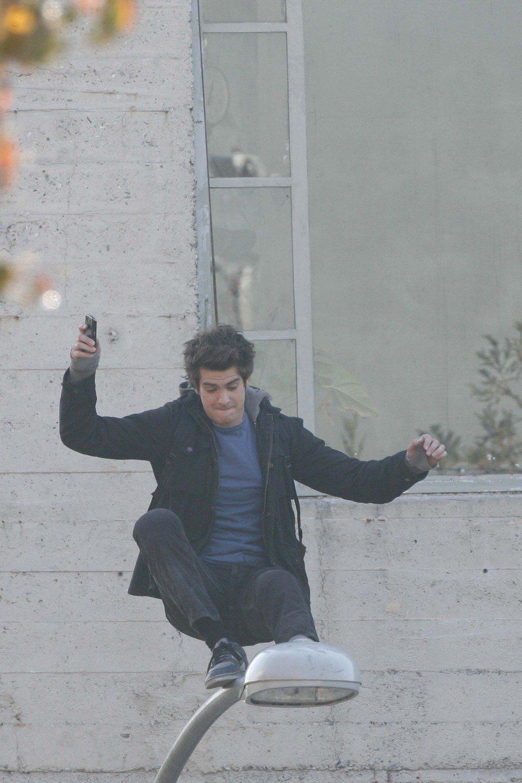 Andrew Garfield da un traspiés en una farola grabando 'The Amazing Spider-Man'