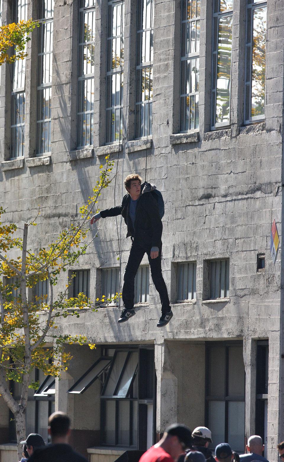 Andrew Garfield surca el cielo en el set de 'The Amazing Spider-Man'