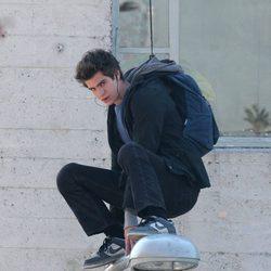 Andrew Gafield mira a cámara colgado de un cable en el set de 'The Amazing Spider-Man'