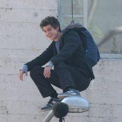 Andrew Garfield sonríe subido a una farola en el set de 'The Amazing Spider-Man'