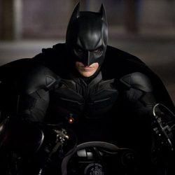 Batman en su moto en 'El caballero oscuro: la leyenda renace'