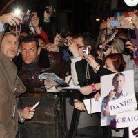 Daniel Craig saluda a los fans en la premiere en Madrid de 'Los hombres que no amaban a las mujeres'