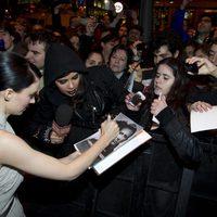 Rooney Mara firma autógrafos en la premiere en Madrid de 'Los hombres que no amaban a las mujeres'