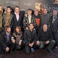 El equipo de 'La chispa de la vida' junto a Álex de la Iglesia, en la rueda de prensa en Madrid