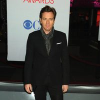 Ewan McGregor posa en la entrada de los People Choice Awards 2012