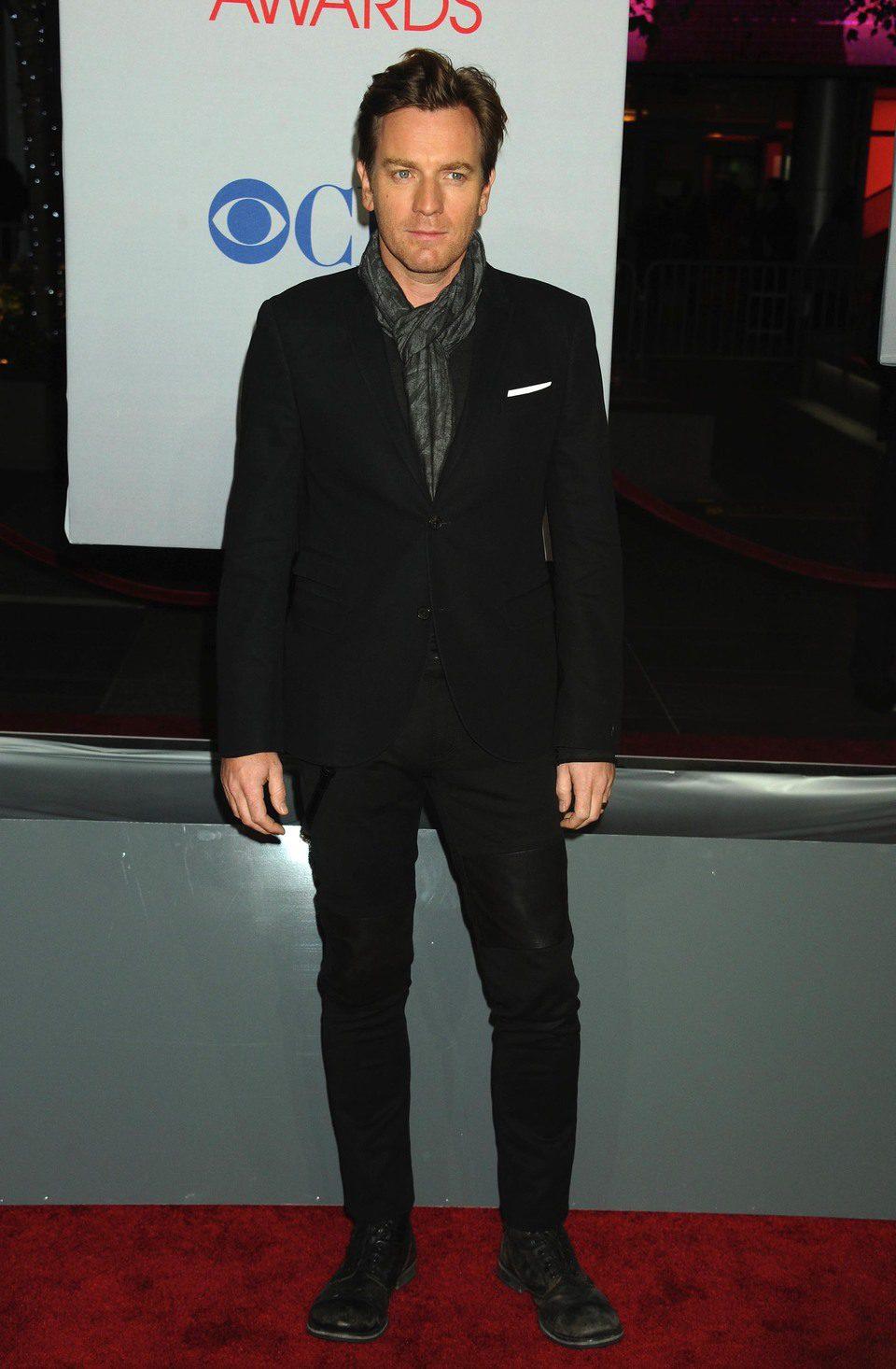Ewan McGregor posa en la entrada de los People Choice Awards 2012