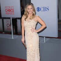 Kaley Cuoco posa en la alfombra roja de los People Choice Awards 2012