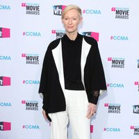 Tilda Swinton posa en la entrada de los Critics' Choice Awards 2012