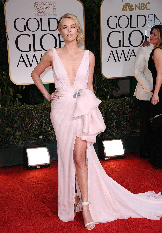 Charlize Theron posa en la entrada de los Globos de Oro 2012